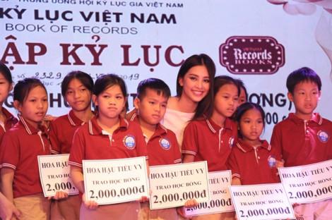 Hoa hậu Việt Nam Trần Tiểu Vy truyền cảm hứng sống cho hàng trăm trẻ em khuyết tật