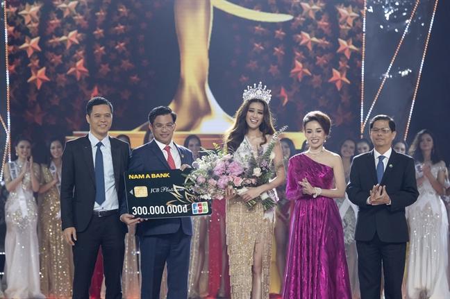 Nam A Bank trao the JCB cho tan Hoa hau Hoan vu Viet Nam 2019