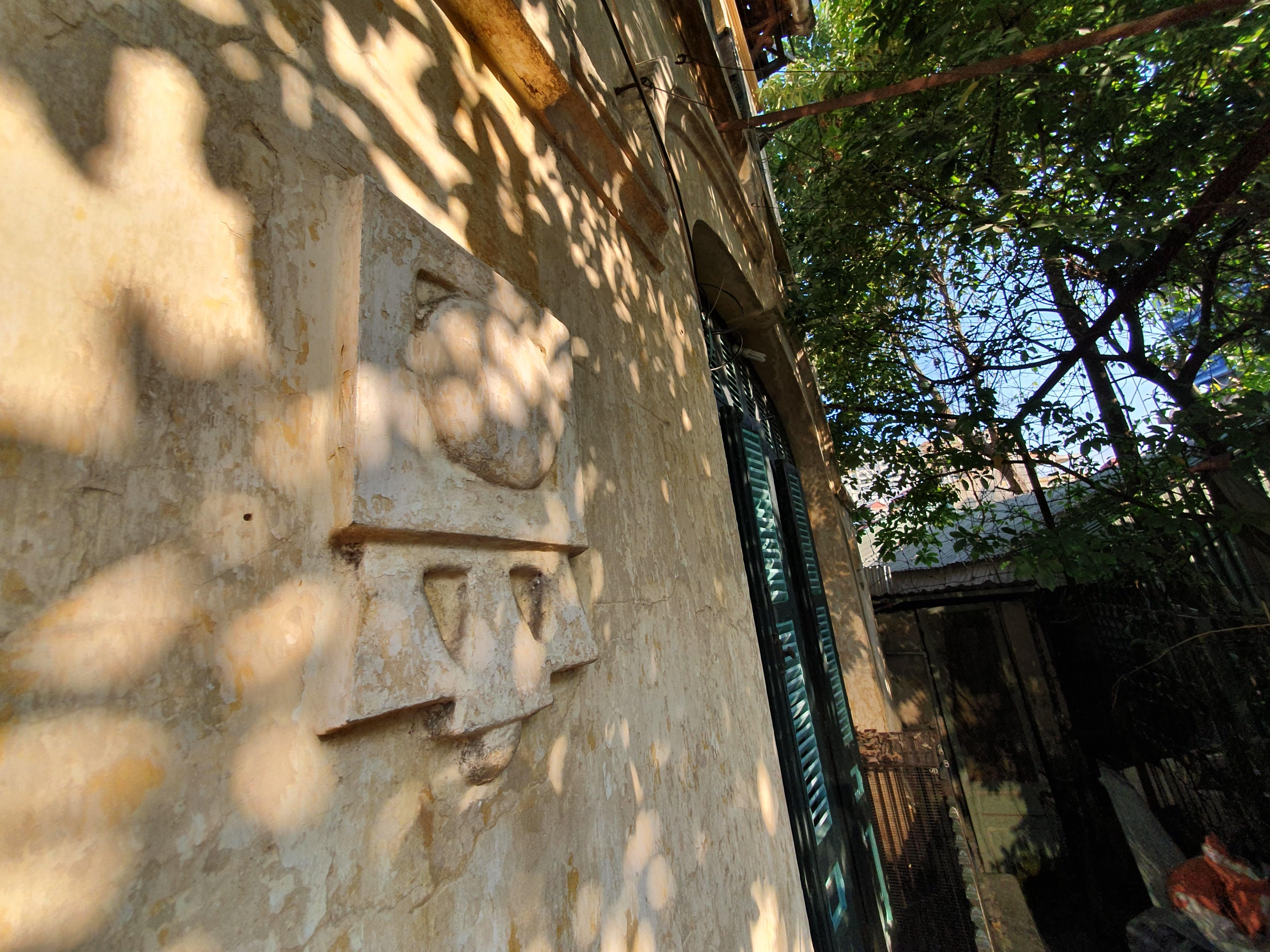 Hoa văn trên bức tường của ngôi biệt thự
