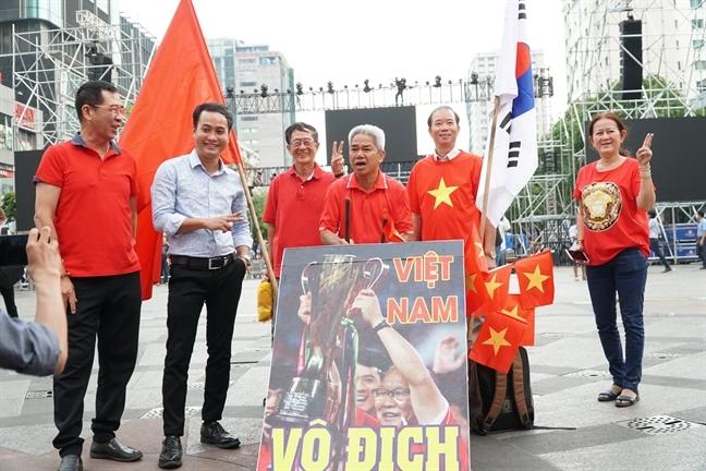 Nguoi ham mo ca nuoc nhon nhip xuong duong co vu tuyen Viet Nam