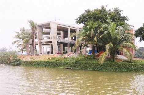 Bê tông hóa 'mắt rồng' trên sông Hương