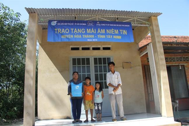 Trao mai am niem tin cho phu nu ngheo Tay Ninh