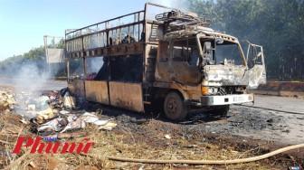 Xe tải bị lửa thiêu rụi khi đang lưu thông trên đường
