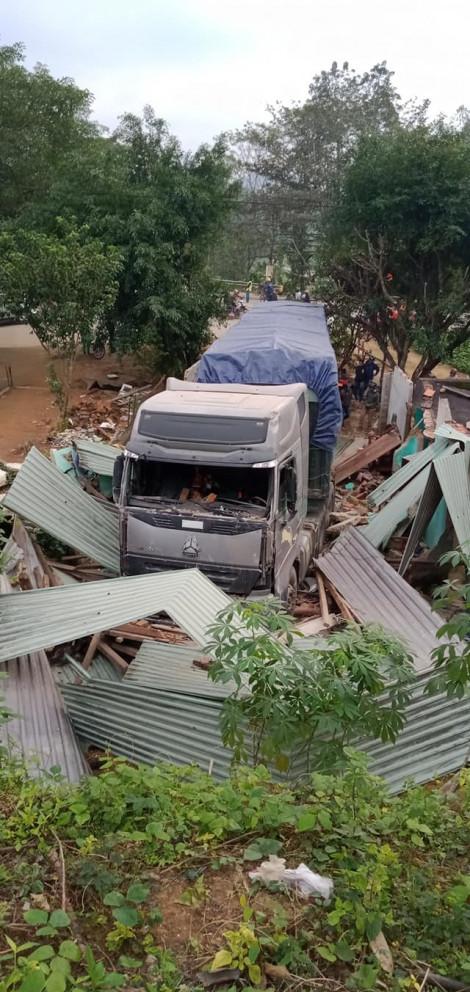 3 người thoát chết thần kỳ dưới gầm xe sau vụ xe container tông sập nhà dân