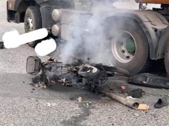 Xe máy cháy trơ khung sau tai nạn, người đàn ông bị xe container cán nát đùi