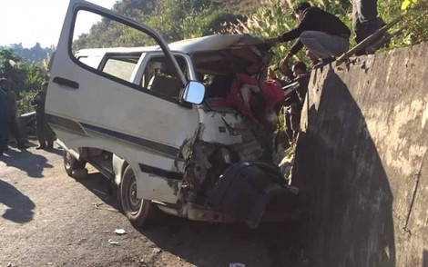 Xe chở đoàn nghệ thuật đâm vào vách núi làm 3 người chết dùng biển số giả, hết hạn sử dụng