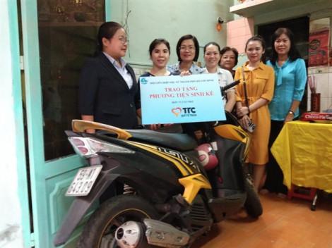 Tặng xe máy, xe nước mía cho phụ nữ nghèo