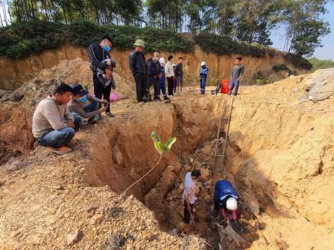 Công an vào cuộc vụ chôn trộm hóa chất độc hại ở Sóc Sơn