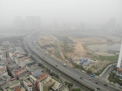 12 giờ trưa, Hà Nội vẫn chìm trong sương mù do ô nhiễm không khí