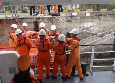 Bác sĩ theo tàu cứu hộ ra Hoàng Sa cứu ngư dân gặp nạn trên biển