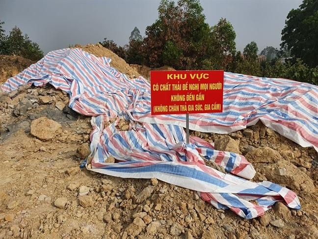 Kiem tra khu nha xuong nghi chon trom chat thai o Soc Son