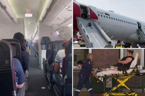 Hành khách vội vã thoát thân khỏi chiếc máy bay bốc khói