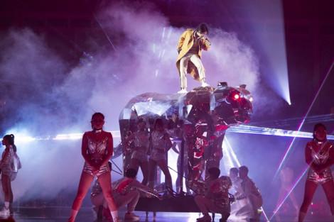 Vũ Cát Tường ngã khỏi sân khấu khi đang trình diễn