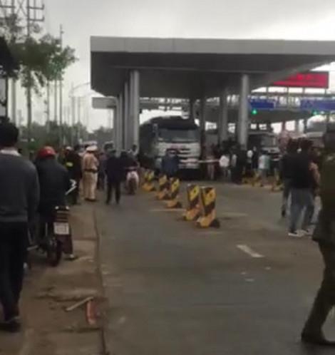 Hàng chục hộ dân phản đối việc thu phí tại một trạm thu phí
