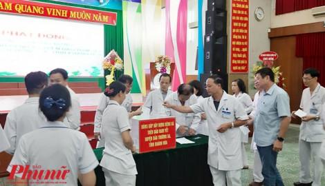 Y, bác sĩ Bệnh viện Thống Nhất cùng nhau đóng góp tiền xây dựng Bệnh xá ở đảo Nam Yết