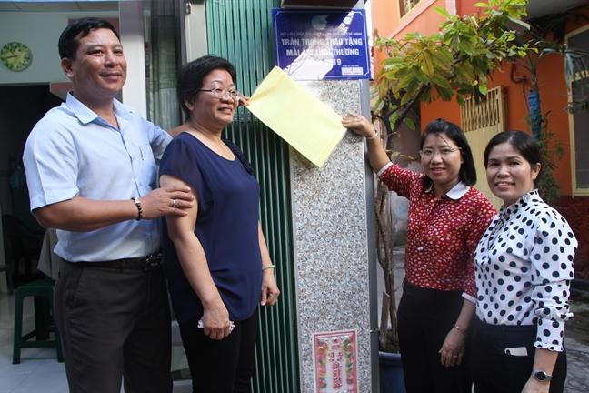 Trao mai am cho phu nu dan toc Hoa don than nuoi cha gia 88 tuoi