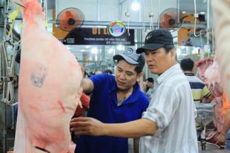 Thịt heo đắt hơn thịt bò không phải do heo hơi bị 'tuồn' sang Trung Quốc
