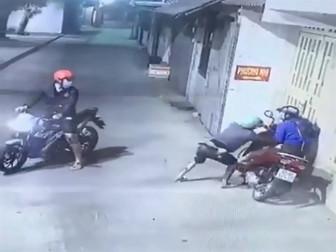 Hai đối tượng xịt hơi cay vào phụ nữ để cướp xe máy ở TP.HCM đã bị bắt