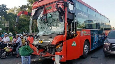 Hai xe khách đâm nhau lúc dừng đèn đỏ, 5 người bị thương