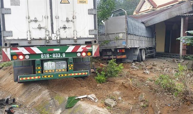 Xe container va xe tai lao vao nha dan, bon nguoi dang ngu thoat chet trong gang tac