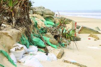 Dân ven biển Thừa Thiên - Huế nơm nớp lo sóng ngoạm nhà