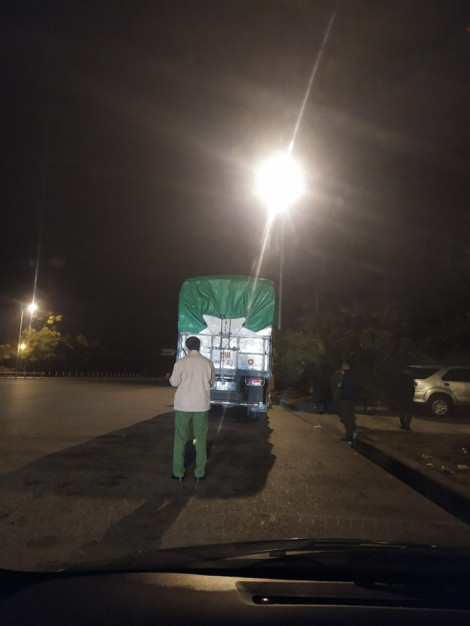 30 tấn bánh kẹo trôi nổi trên 3 xe tải bị thu giữ
