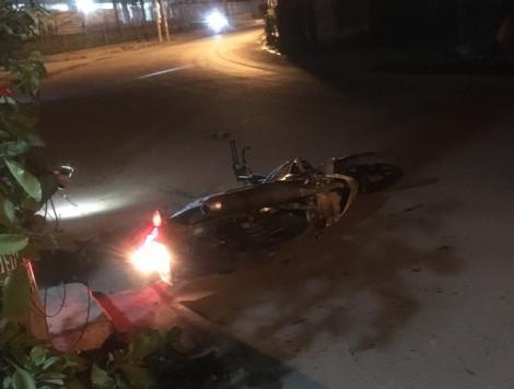 Xe máy kẹp 4 lao vào trụ điện trong đêm, 3 thanh thiếu niên nguy kịch
