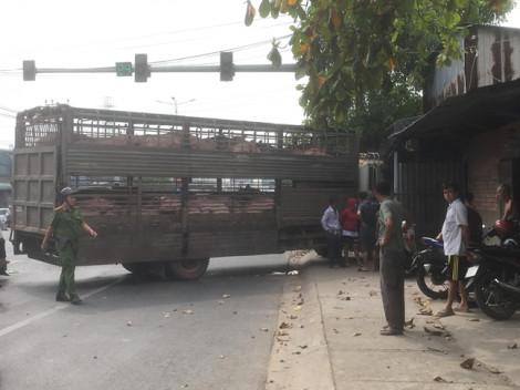 Xe mất lái lao vào nhà dân trên quốc lộ 13, giao thông kẹt cứng
