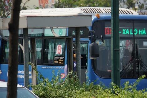 Xe buýt đang chở khách bất ngờ bị nhóm người cầm hung khí đập phá trên đường Phạm Văn Đồng