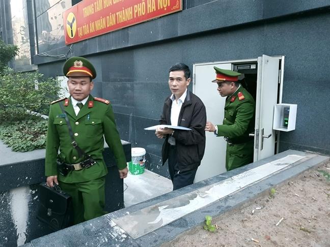 Truoc toa, cuu vu truong Pham Dinh Trong do loi cho... luat