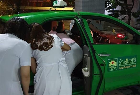 Tai xe taxi cuu nguoi va do de cho khach trong cung dem o Sai Gon