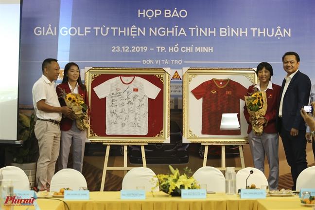 Dau gia 2 chiec ao doi tuyen nu Viet Nam ky tang Thu tuong