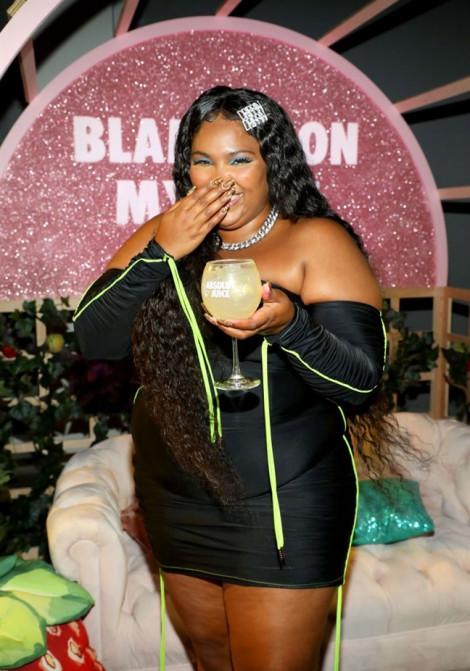 Mặc đẹp dự tiệc cuối năm như nàng béo Lizzo