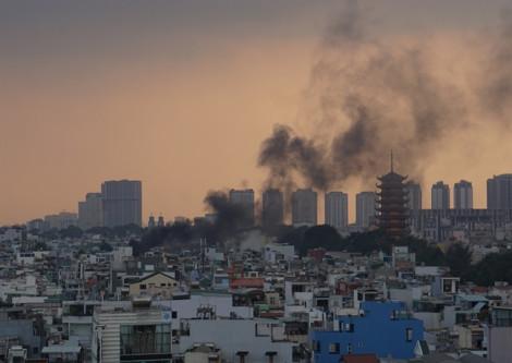 Cháy lớn căn nhà mặt tiền kinh doanh hàng điện tử ở trung tâm Sài Gòn