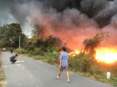 Bãi rác 6.000m2 trong khu dân cư bốc cháy ngùn ngụt, hàng chục chiến sĩ gồng mình chữa cháy