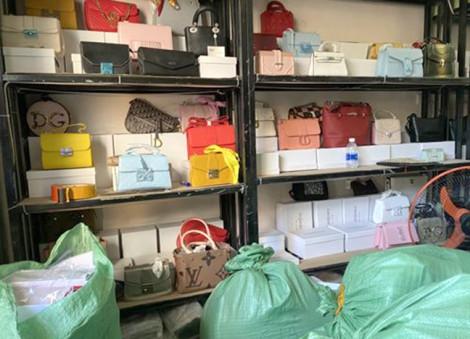 Thu giữ hàng ngàn túi xách Gucci, Dior, Chanel... giả