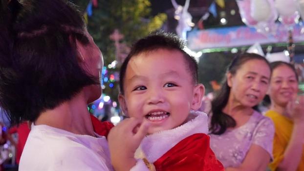 Video: Khong khi Giang sinh ron rang o Sai Gon