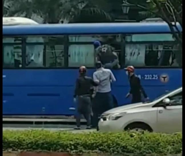 Kien nghi UBND TPHCM chi dao xu ly vu con do tan cong xe buyt