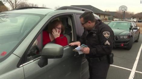 Khi cảnh sát phát kẹo Giáng sinh thay vì ghi phiếu phạt