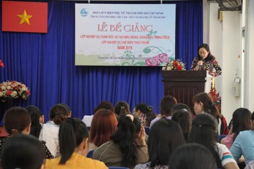 102 học viên phụ nữ tốt nghiệp sơ cấp chế biến, chăm sóc tạo móng, trang điểm