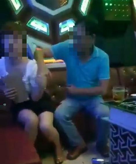 Lộ clip Phó Bí thư huyện ủy 'sàm sỡ' nhân viên quán karaoke