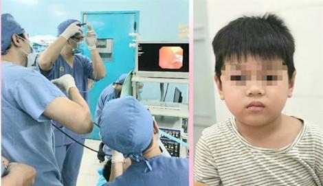 Cứu bé trai bị xẹp phổi sau khi ăn cháo gà