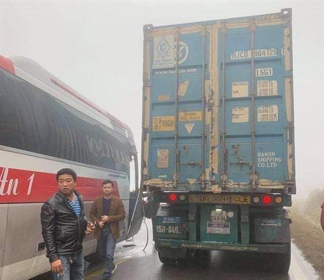 Xe container cuu xe khach mat phanh tren duong di Moc Chau