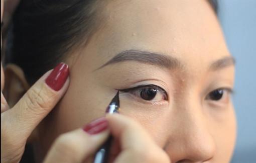 Clip: Hướng dẫn vẽ mắt nước cho người tập make up
