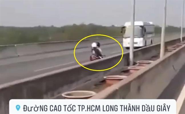 Doi nam nu lao xe may nguoc chieu tren cao toc TPHCM - Long Thanh - Dau Giay