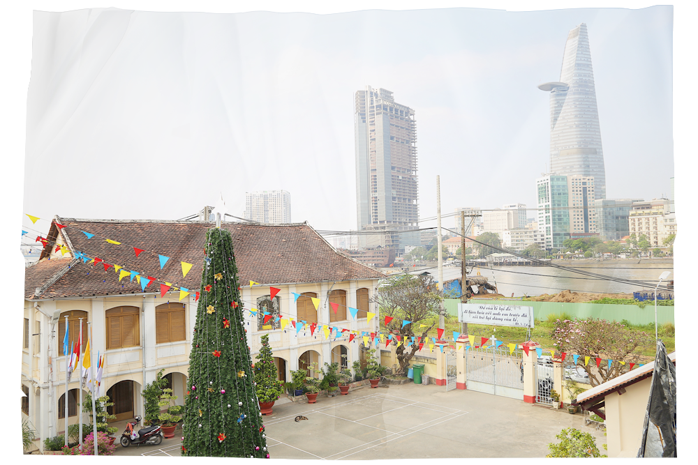 Nhà thờ Thủ Thiêm nằm lặng lẽ bên sông, nhìn sang vùng sầm uất và lộng lẫy bậc nhất Sài Gòn. (Ảnh: Thành Lâm)