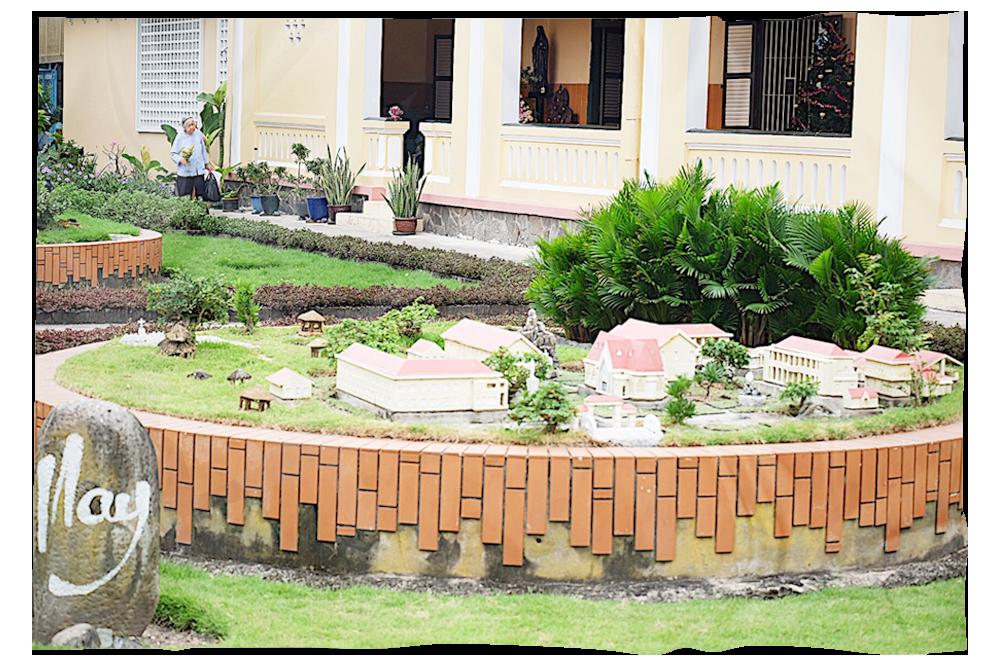 Mô hình thu nhỏ Tu viện Thủ Thiêm ngày nay được dựng trước nhà nguyện (Ảnh: Minh Trâm)