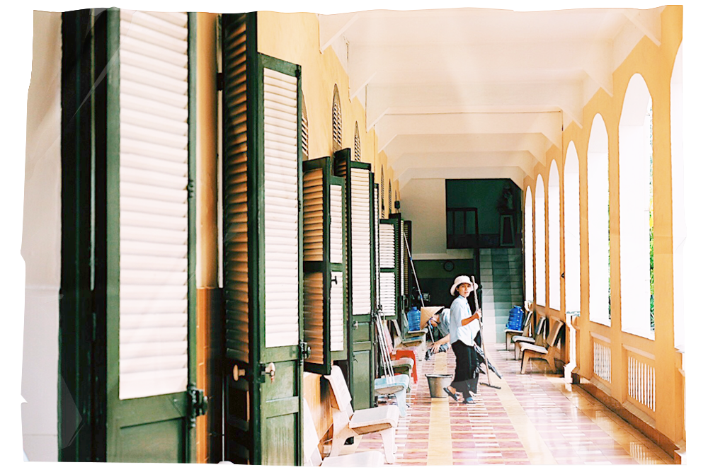 Các xơ dọn dẹp trước nhà nguyện trong tu viện Thủ Thiêm (Ảnh: Minh Trâm)
