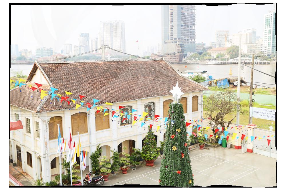 Nhà thờ Thủ Thiêm đang mùa lễ hội và mừng đón năm mới (Ảnh: Thành Lâm)