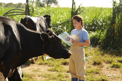 Cô Gái Hà Lan tự hào có nguồn sữa nguyên liệu lớn và an toàn hơn chuẩn 11 lần